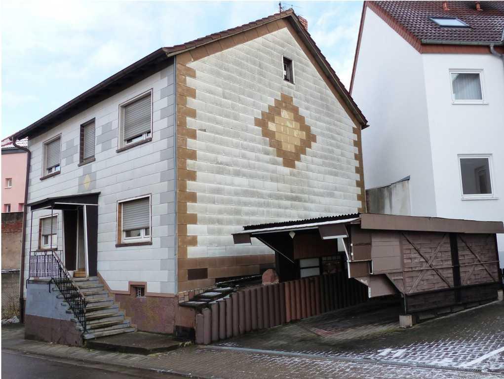 Die Fassade eines alten Hauses
