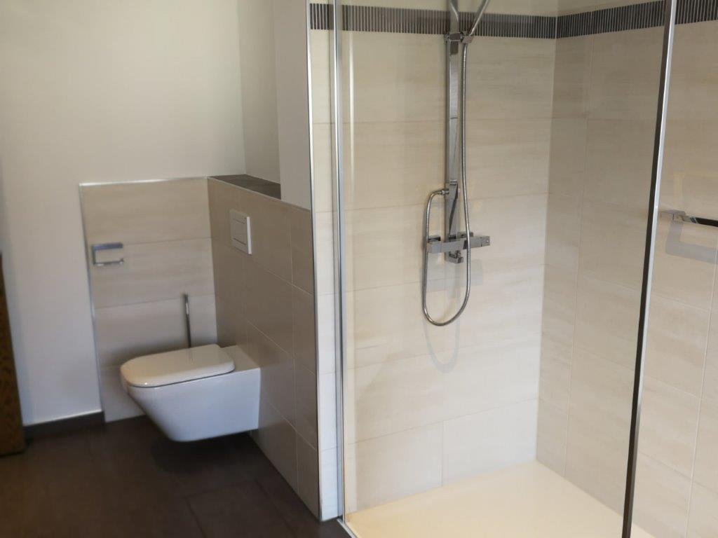 Fliesen verlegt in einem Badezimmer mit Dusche