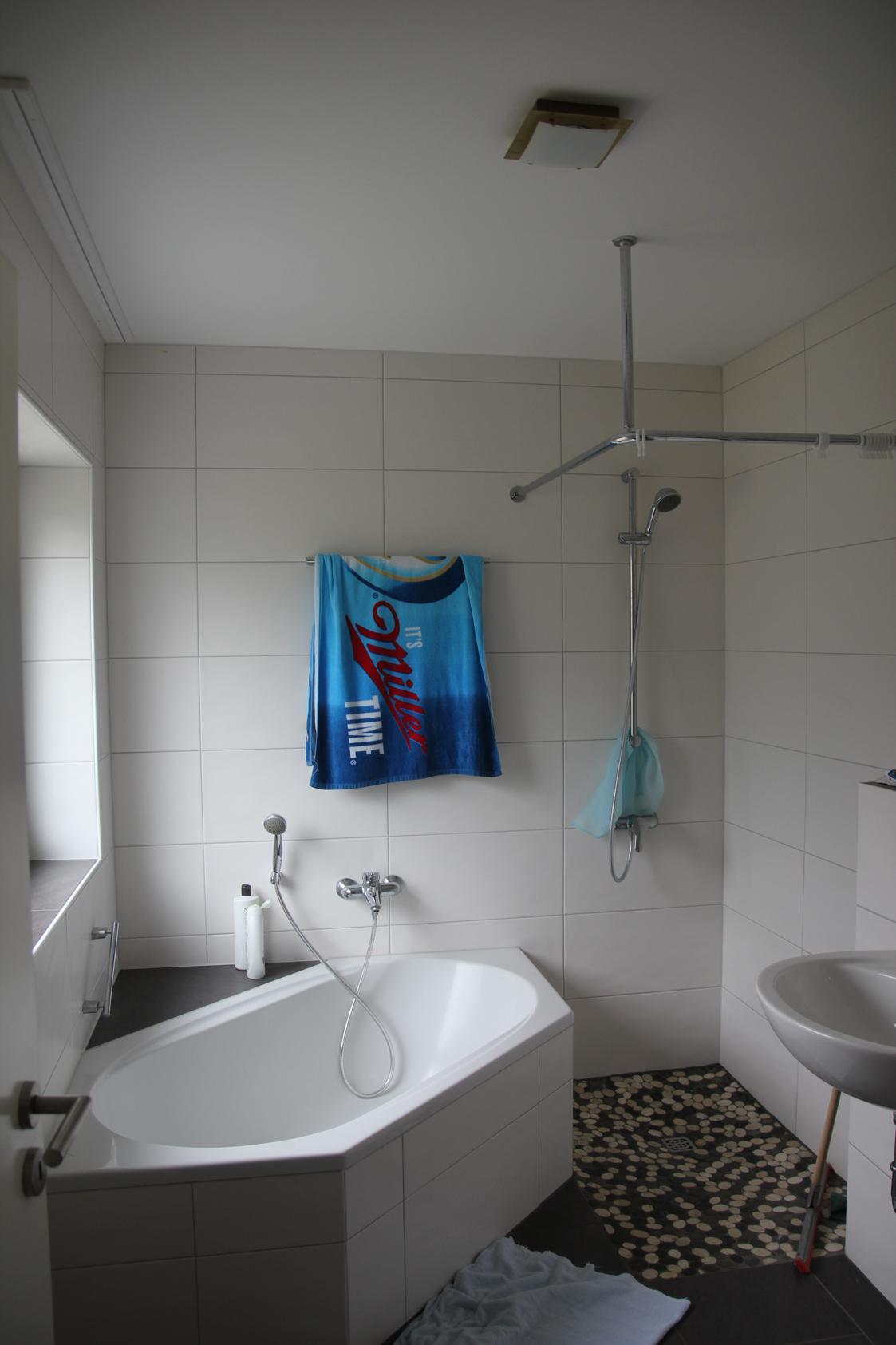 Fliesen verlegt in einem Badezimmer mit Wanne