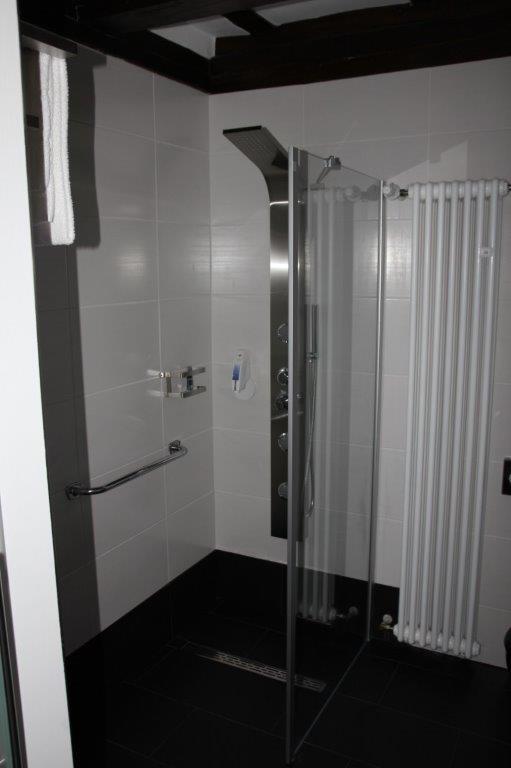 Eine von Firma Walter Becker geflieste Dusche