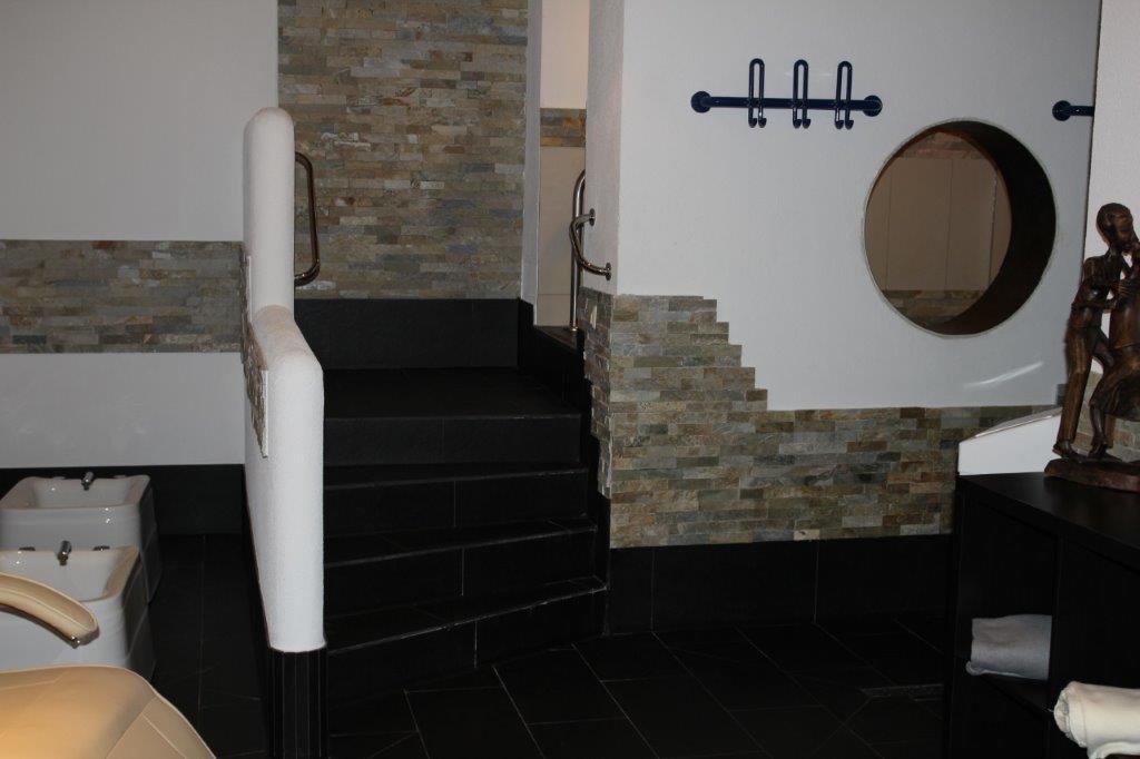 Ein teilweise gefliester Saunabereich mit Verzierung