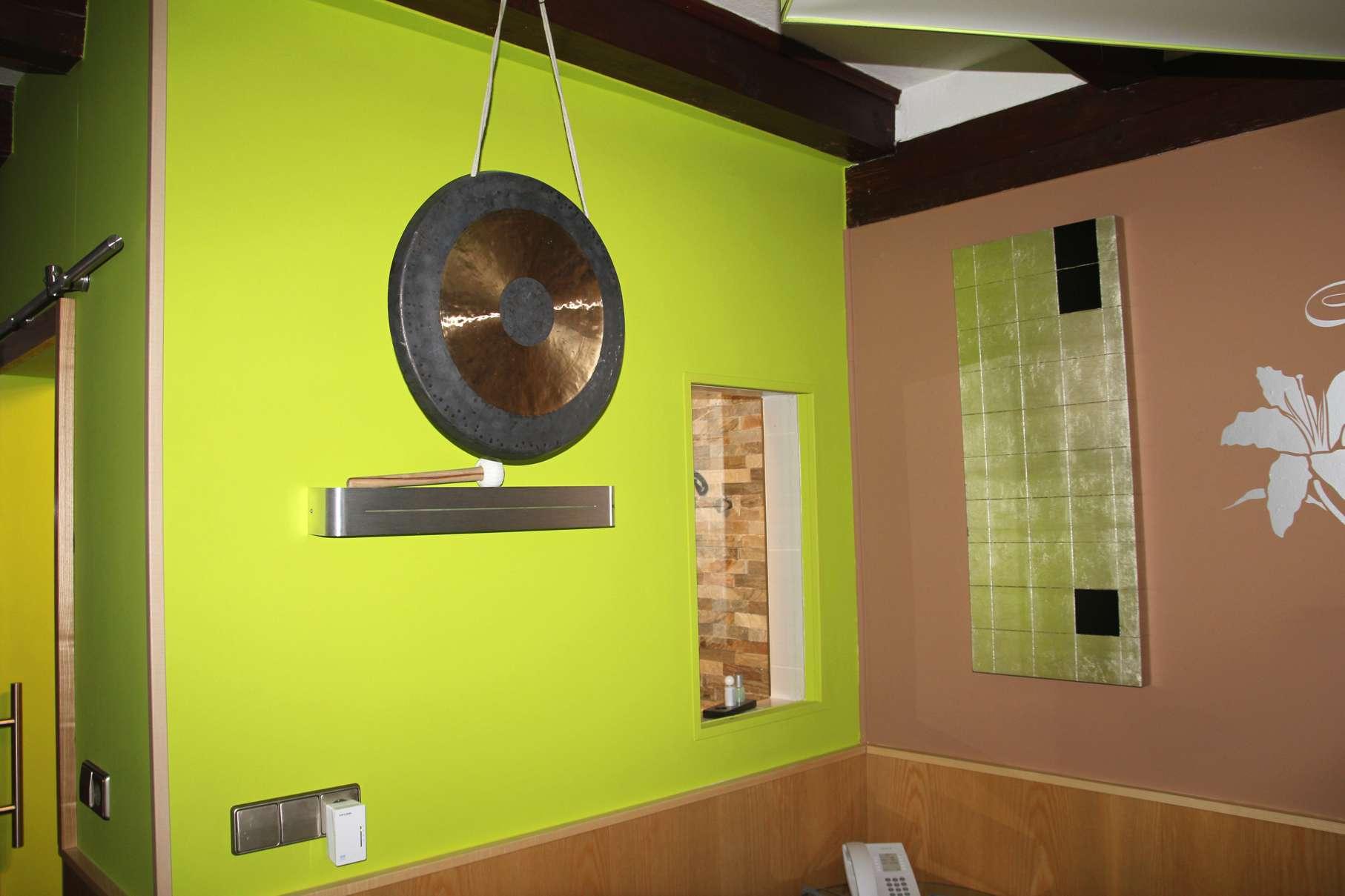 Eine in verschiedenen Farben gestrichene Wand